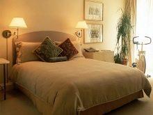Бра в спальні над ліжком (54 фото): сучасні настінні світильники. На якій висоті їх вішати? Правильна установка підвісів