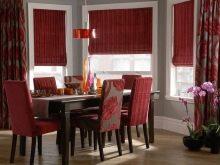 Червоні штори на кухню (44 фото): штори червоно-білого і чорно-червоного кольору в інтер'єрі кухні, красиві готові варіанти з тюлю в клітку і в горошок