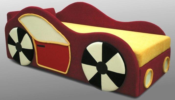 Дитячі дивани у вигляді машини (25 фото): вибираємо дивани-ліжка у формі машини хлопчику, дизайн і приклади в інтер'єрі