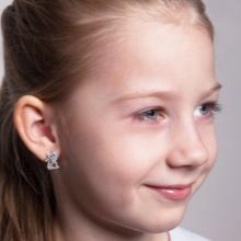 Дитячі срібні сережки (52 фото): стильні сережки для дівчаток, срібло для дітей, моделі з зеленим фианитом