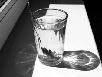 Дитячі срібні столові прилади: що означає срібна ложка «на зубок» і навіщо її дарують? Як вибрати набір з ложки та виделки з різьбленим орнаментом і гравіюванням?