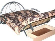 Диван-акордеон з підлокітниками (32 фото): з дерев'яними з масиву і м'якими, з широкими і вузькими. Вибір чохла