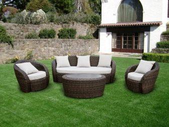 Дивани зі штучного ротанга: кутові і прямі плетені садові дивани, круглий, 3-місні та двомісні моделі