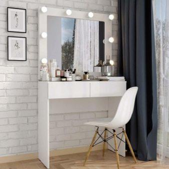 Гримерный столик з дзеркалом та підсвічуванням: вибираємо туалетний стіл з тумбою, розміри моделей з лампочками 900х500х1480 та інші