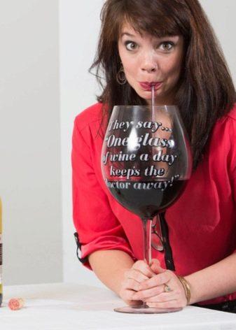 Прикольні подарунки на день народження (42 фото): смішні привітання для чоловіків і жартівливі подарунки-приколи з гумором для жінок