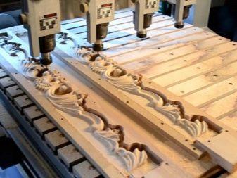Різьблені столи (42 фото): різьба на ніжках моделей з дерева, дерев'яні журнальні столики і письмові столи з різьбленням на стільниці, інші