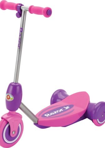 Самокати для дівчаток: дитячі моделі з великими і маленькими колесами рожевого і інших кольорів для дівчаток 3, 4, 5 і 9, 10, 11 і 12 років