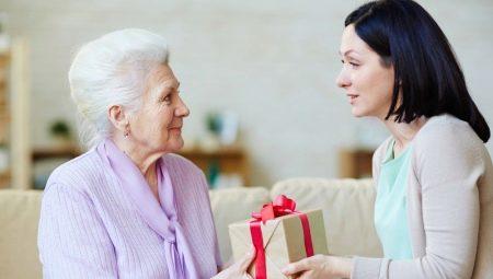 Що подарувати бабусі на 70 років? Цікаві ідеї подарунків на ювілей бабусі. Що можна зробити своїми руками?