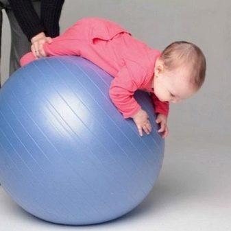 Що подарувати дитині на 2-5 місяців?: брязкальця та інші подарунки хлопчикові і дівчинці, яким 2-3 і 4-5 місяців
