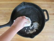 Що робити, якщо пригорає чавунна сковорода? Чому до неї прилипає? Як її відновити?