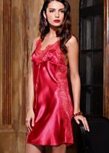 Шовкова жіноча сорочка (41 фото): атласна з халатом, довга з натурального шовку і коротка, червона, чорна і іншого кольору